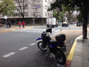 Estacionar moto en esquina con cajon